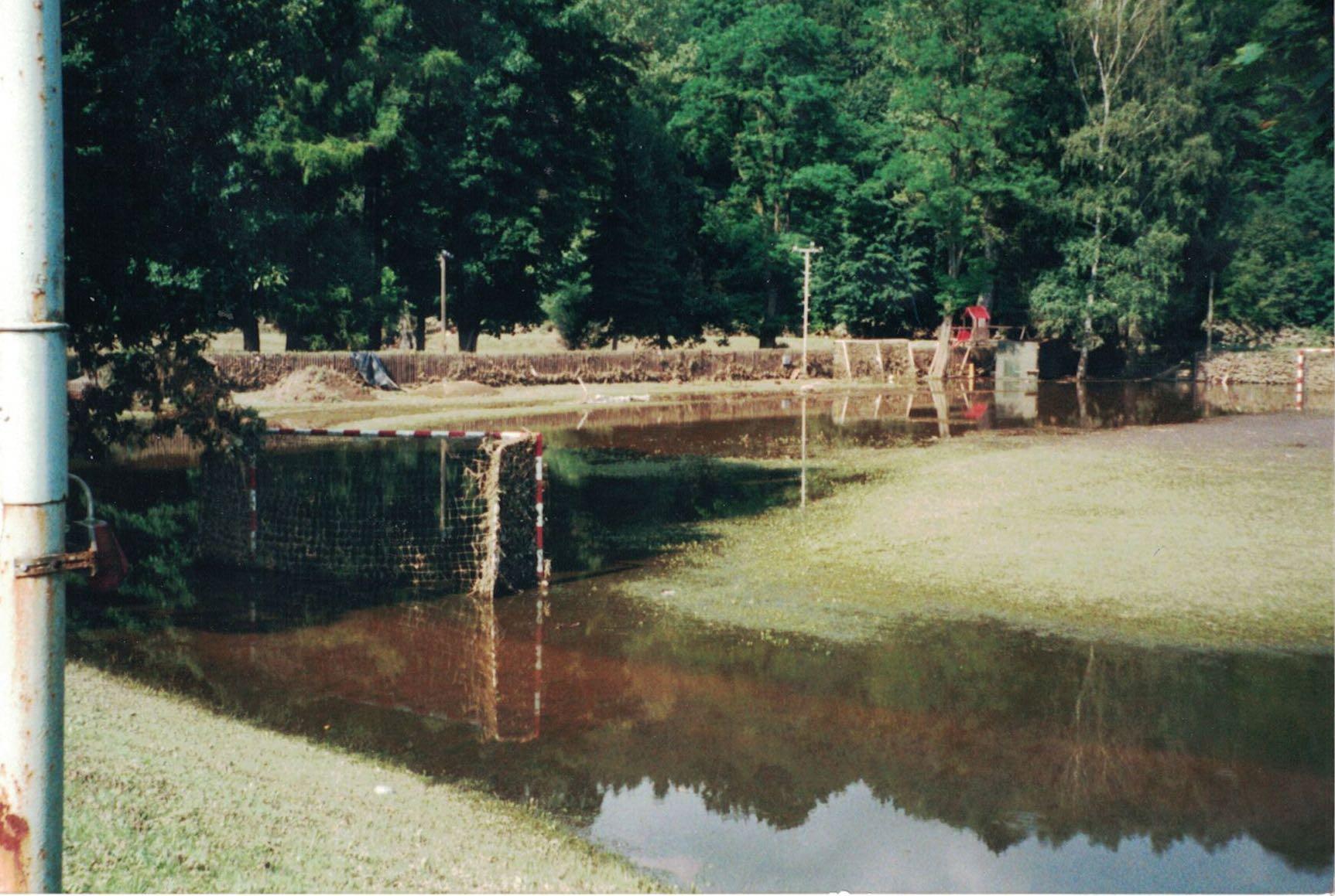 Hochwasser 2002 Sportplatz:10